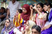 Зрители слушают речь Его Святейшества Далай-ламы в тибетской школе Шринагара, штат Джамму и Кашмир, Индия. 14 июля 2012 г. Фото: Тензин Чойджор (Офис ЕСДЛ)