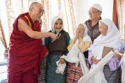 Его Святейшество Далай-лама беседует с пожилыми тибетцами-мусульманами, покинувшими Тибет в 1959-1960 гг. Шринагар, штат Джамму и Кашмир, Индия. 14 июля 2012 г. Фото: Тензин Чойджор (Офис ЕСДЛ)
