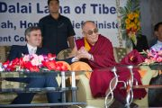 Его Святейшество Далай-лама и главный министр штата Омар Абдулла во время визита в тибетскую школу Шринагара, штат Джамму и Кашмир, Индия. 14 июля 2012 г. Фото: Тензин Чойджор (Офис ЕСДЛ)