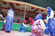 Тибетские девочки-мусульманки исполняют танец в честь визита Его Святейшества Далай-ламы в тибетскую школу Шринагара, штат Джамму и Кашмир, Индия. 14 июля 2012 г. Фото: Тензин Чойджор (Офис ЕСДЛ)