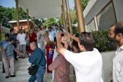 Его Святейшество Далай-лама у мавзолея шейха Мохаммеда Абдуллы, основателя партии Национальная конференция Джамму и Кашмира, деда главного министра штата Омара Абдуллы. Штат Джаму и Кашмир, Индия. 17 июля 2012 г. Фото: Тензин Чойджор (Офис ЕСДЛ)