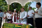 Его Святейшество Далай-лама в мавзолее шейха Мохаммеда Абдуллы, основателя партии Национальная конференция Джамму и Кашмира, деда главного министра штата Омара Абдуллы. Штат Джаму и Кашмир, Индия. 17 июля 2012 г. Фото: Тензин Чойджор (Офис ЕСДЛ)