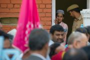 Молодой человек наблюдает, как Далай-лама покидает мавзолей шейха Мохаммеда Абдуллы в Шринагаре. Штат Джаму и Кашмир, Индия. 17 июля 2012 г. Фото: Тензин Чойджор (Офис ЕСДЛ)
