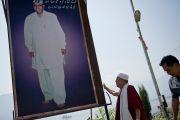 Его Святейшество Далай-лама у большого плаката с портретом шейха Мохаммеда Абдуллы, основателя партии Национальная конференция Джамму и Кашмира, деда главного министра штата Омара Абдуллы. Шринагар, штат Джаму и Кашмир, Индия. 17 июля 2012 г. Фото: Тензин Чойджор (Офис ЕСДЛ)