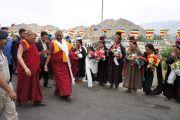 Его Святейшество Далай-лама во время посещения школы Джамьянг, где обучаются дети из ладакского района Дахану, где проживает небольшая индо-арийская буддийская община. Лех, Ладак, штат Джамму и Кашмир, Индия. 26 июля 2012 г. Фото: Тензин Такла (Офис ЕСДЛ)