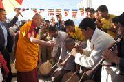 Его Святейшество Далай-лама приветствует музыкантов, одетых в традиционные ладакские одежды, перед началом церемонии освящения храма Зангдок Палри. Лех, Ладак, штат Джамму и Кашмир, Индия. 26 июля 2012 г. Фото: Тензин Такла (Офис ЕСДЛ)