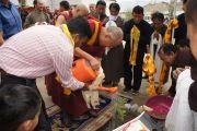 Его Святейшество Далай-лама сажает дерево на территории части индо-тибетских пограничных сил в городе Лех, Ладак, где он выступил с речью перед офицерами и служащими. Штат Джамму и Кашмир, Индия. 26 июля 2012 г. Фото: Тензин Такла (Офис ЕСДЛ)