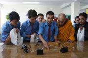 Учащиеся демонстрируют Его Святейшеству Далай-ламе эксперимент с электрическим сопротивлением в физической лаборатории нового научного корпуса старшей средней школы Ламдон, построенного на средства из фонда Далай-ламы. Лех, Ладак, штат Джамму и Кашмир, Индия. 26 июля 2012 г. Фото: Тензин Такла (Офис ЕСДЛ)