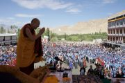 Его Святейшество Далай-лама приветствует учеников из 24 ладакских школ во время посещения средней старшей школы Ламдон, где он участвовал в торжественном открытии нового научного корпуса, строительство которого финансировалось из средств фонда Далай-ламы. Лех, Ладак, штат  Джамму и Кашмир, Индия. 26 июля 2012 г. Фото: Тензин Такла (Офис ЕСДЛ)