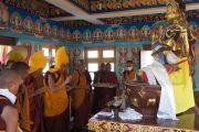 Его Святейшество Далай-лама молится перед статуей четырехрукого Авалокитешвары во время церемонии освящения храма Зангдок Палри. Лех, Ладак, штат Джамму и Кашмир, Индия. 26 июля 2012 г. Фото: Тензин Такла (Офис ЕСДЛ)