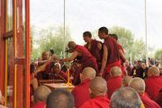 Монахи ведут диспут, в то время как Его Святейшество Далай-лама читает подготовительные молитвы перед посвящением Авалокитешвары, которое он даровал на второй и третий день учений в Падуме, Занскар. Штат Джамму и Кашмир, Индия. 30 июля 2012 г. Фото: Тензин Такла (Офис ЕСДЛ)