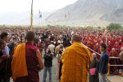 Его Святейшество Далай-лама приветствует собравшихся в храме Калачакры в первый день учений в Падуме, Занскар. Штат Джамму и Кашмир, Индия. 29 июля 2012 г. Фото: Тензин Такла (Офис ЕСДЛ)
