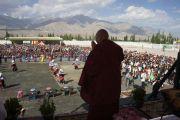 Его Святейшество Далай-лама приветствует членов тибетской общины, собравшихся в тибетской школе Леха, Ладак. Штат Джамму и Кашмир, Индия. 2 августа 2012 г. Фото: Тензин Такла (офис ЕСДЛ)