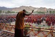 Его Святейшество Далай-лама приветственно машет рукой слушателям перед началом учений в Лехе, Ладак. Штат Джамму и Кашмир, Индия. 6 августа 2012 г. Фото: Тензин Такла (офис ЕСДЛ)