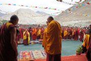 Его Святейшество Далай-лама приветствует собравшихся перед началом учений и ритуала зарождения бодхичитты в монастыре Шачукул, расположенном в отдаленном районе Ладака Чангтанг. Штат Джамму и Кашмир, Индия. 9 августа 2012 г. Фото: Тензин Такла (Офис ЕСДЛ)
