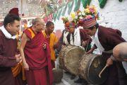 В Дха-Бема, отдаленном районе Ладака, Его Святейшество Далай-ламу приветствуют местные жители с традиционными барабанами. Штат Джамму и Кашмир, Индия. 11 августа 2012 г. Фото: Тензин Такла (Офис ЕСДЛ)