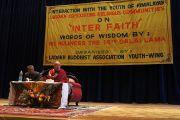 Его Святейшество Далай-лама выступает в Лехе на молодежной конференции по вопросу межрелигиозного диалога, организованной молодежным крылом Буддийской ассоциации Ладака. Штат Джамму и Кашмир, Индия. 12 августа 2012 г. Фото:  Тензин Такла (Офис ЕСДЛ)