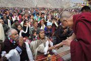 Его Святейшество Далай-лама приветствует местных жителей в Дха-Бема, отдаленном районе Ладака, населенном индо-арийскими племенами. Штат Джамму и Кашмир, Индия. 11 августа 2012 г. Фото: Тензин Такла (Офис ЕСДЛ)