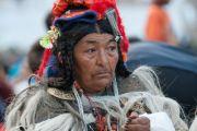 Ладакская женщина в традиционной одежде слушает учения Его Святейшества Далай-ламы в Дха-Бема, отдаленном районе Ладака, населенном индо-арийскими племенами. Штат Джамму и Кашмир, Индия. 11 августа 2012 г. Фото:  Namgyal AV Archive