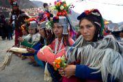 Ладакские женщины в традиционных одеждах ожидают прибытия Его Святейшества Далай-ламы в Дха-Бема, отдаленный район Ладака, населенный индо-арийскими племенами, которые, как считается, могут быть потомками воинов армии Александра Македонского. Штат Джамму и Кашмир, Индия. 11 августа 2012 г. Фото: Namgyal AV Archive