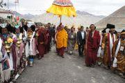 Его Святейшество Далай-лама приветствует местных жителей по дороге в монастырь Шачукул, расположенный в отдаленном районе Ладака Чангтанг, куда он направляется, чтобы даровать учения по буддизму и провести ритуал зарождения бодхичитты. Штат Джамму и Кашмир, Индия. 9 августа 2012 г. Фото: Тензин Такла (Офис ЕСДЛ)