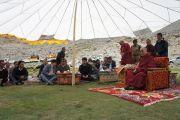 Его Святейшество Далай-ламу принимает местное население во время остановки по дороге в Шачукул, расположенный в отдаленном районе Ладака Чангтанг. Штат Джамму и Кашмир, Индия. 9 августа 2012 г. Фото: Тензин Такла (Офис ЕСДЛ)