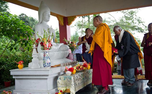 Его Святейшество Далай-лама посетил несколько тибетских монастырей и побывал в школе Вудсток в Массури