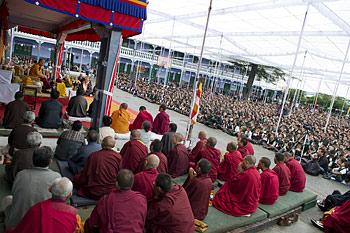 В завершение визита в Дехрадун Его Святейшество Далай-лама даровал учение по буддизму для школьников