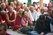 Участники учений Его Святейшества Далай-ламы в главном тибетском храме Цуглакан. Дахарамсала, Индия. 4 сентября 2012 г. Фото: Abhishek Madhukar