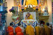 Буддийские монахи из Сингапура читают молитвы перед началом трехдневных учений Его Святейшества Далай-ламы в главном тибетском храме Цуглакан. Дахарамсала, Индия. 4 сентября 2012 г. Фото: Abhishek Madhukar