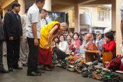Его Святейшество Далай-лама остановился поприветствовать своего старого знакомого, буддийского монаха из Кореи, по завершении первого дня учений в главном тибетском храме Цуглакан. . Дахарамсала, Индия. 4 сентября 2012 г. Фото: Abhishek Madhukar