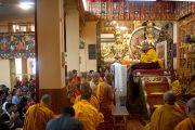 Буддийские монахи из Сингапура читают молитвы перед началом трехдневных учений Его Святейшества Далай-ламы в главном тибетском храме Цуглакане. Дахарамсала, Индия. 4 сентября 2012 г. Фото: Abhishek Madhukar