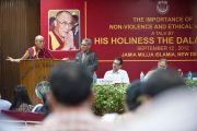 """Его Святейшество Далай-лама выступает с лекцией """"Ненасилие и нравственные ценности в исламском университете Джамия Миллия. Дели, Индия. 12 сентября 2012 г. Фото: Тензин Чойджор (Офис ЕСДЛ)"""