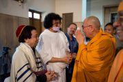 Его Святейшество Далай-лама встречается со служителями других религиозный традиций во время межконфессионального молебна в храме Шри Рамакришны. Дели, Индия. 11 сентября 2012 г. Фото: Тензин Чойджор (Офис ЕСДЛ)