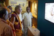 Его Святейшество Далай-лама на открытии выставки, посвященной Свами Вивекананде. Дели, Индия. 11 сентября 2012 г. Фото: Тензин Чойджор (Офис ЕСДЛ)