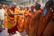 Его Святейшество Далай-лама здоровается с участниками межконфессионального молебна в храме Шри Рамакришны. Дели, Индия. 11 сентября 2012 г. Фото: Тензин Чойджор (Офис ЕСДЛ)