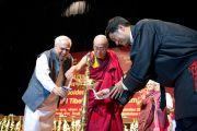 Министр развития человеческого потенциала Капил Сибал, Его Святейшество Далай-лама и глава Центральной тибетской администрации Лобсанг Сенге зажигают светильник в ознаменование начала церемонии, посвященной празднованию 50-летия Центральной администрации тибетских школ. Дели, Индия. 10 сентября 2012 г. Фото: Тензин Чойджор (Офис ЕСДЛ)