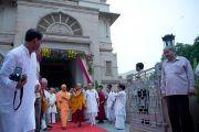 """Его Святейшество Далай-лама выходит из храма """"Миссии Рамакришны"""". Дели, Индия. 11 сентября 2012 г. Фото: Тензин Чойджор (Офис ЕСДЛ)"""