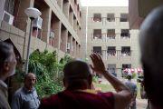 Его Святейшество Далай-лама приветствует студентов, высыпавших на балконы здания исламского университета Джамия Миллия. Дели, Индия. 12 сентября 2012 г. Фото: Тензин Чойджор (Офис ЕСДЛ)