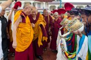 В бибиотеке Сонгцен Его Святейшество Далай-ламу встречали традиционной церемонией. Тибетское поселение Декьилинг неподалеку от г. Дехрадун, Индия. 14 сентября 2012 г. Фото: Тензин Чойджор (Офис ЕСДЛ)