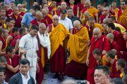 Его Святейшество Далай-лама выходит из шедры Дрикунг в тибетском поселении Декьилинг неподалеку от г. Дехрадун, Индия. 14 сентября 2012 г. Фото: Тензин Чойджор (Офис ЕСДЛ)