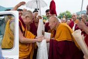 Дрикунг Чецан Ринпоче приветствует Его Святейшество Далай-ламу в библиотеке Сонгцен в тибетском поселении Декьилинг неподалеку от г. Дехрадун, Индия. 14 сентября 2012 г. Фото: Тензин Чойджор (Офис ЕСДЛ)