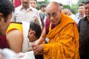 Его Святейшество Сакья Тризин приветствует Его Святейшество Далай-ламу у входа в парк Норлинг в тибетском поселении Декьилинг неподалеку от г. Дехрадун, Индия. 14 сентября 2012 г. Фото: Тензин Чойджор (Офис ЕСДЛ)