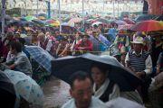 Проливной дождь не напугал тибетцев, пришедших послушать учения Его Святейшества Далай-ламы в парке Норлинг. Тибетское поселение Декьилинг неподалеку от г. Дехрадун, Индия. 14 сентября 2012 г. Фото: Тензин Чойджор (Офис ЕСДЛ)