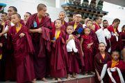 Члеты тибетской общины ожидают прибытия Его Святейшества Далай-ламы в тибетское поселение Клемент Таун, Индия. 13 сентября 2012 г. Фото: Тензин Чойджор (Офис ЕСДЛ)