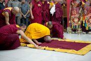 Его Святейшество Далай-лама совершает простирания в монастыре Миндролинг в тибетском поселении Клемент Таун, Индия. 13 сентября 2012 г. Фото: Тензин Чойджор (Офис ЕСДЛ)