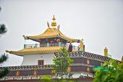 Монахи дуют в раковины на крыше монастыря Миндролинг, чтобы возвестить о прибытии Его Святейшества Далай-ламы в тибетское поселение Клемент Таун, Индия. 13 сентября 2012 г. Фото: Тензин Чойджор (Офис ЕСДЛ)