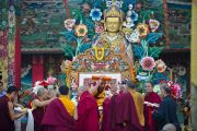 Его Святейшеству Далай-ламе совершают традиционные подношения во время его визита в тибетское поселение Клемент Таун, Индия. 13 сентября 2012 г. Фото: Тензин Чойджор (Офис ЕСДЛ)