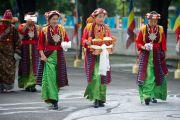 Женщины в традиционных тибетских одеждах ожидают прибытия Его Святейшества Далай-ламы в тибетское поселение Клемент Таун, Индия. 13 сентября 2012 г. Фото: Тензин Чойджор (Офис ЕСДЛ)