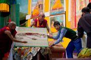 """Ученики филиала """"Тибетской детской деревни"""" преподнесли Его Святейшеству Далай-ламе панно, сделанное вручную. Селаки, Дехрадун, Индия. 15 сентября 2012 г. Фото: Тензин Чойджор (Офис ЕСДЛ)"""